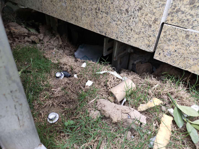 基座缝隙,旁边的建材垃圾尚未清理干净.jpg